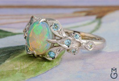 Золотое кольцо с австралийским опалом