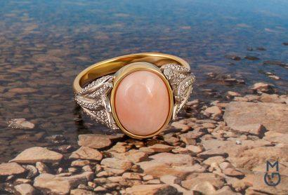 Золотое кольцо с кораллом и бриллиантами
