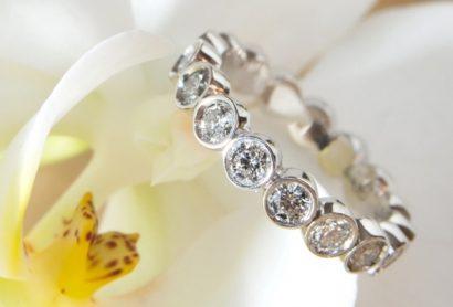 Золотое кольцо с бриллиантами по кругу