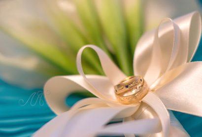 Золотые обручальные кольца с сапфирами и гравировкой