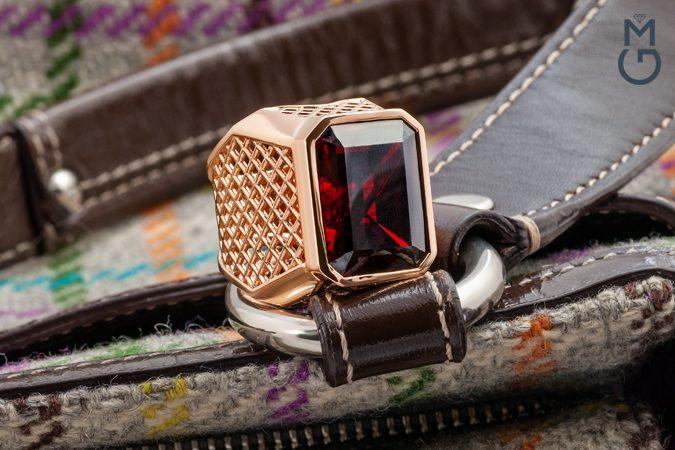 Мужской золотой перстень с камнем