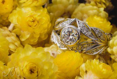 Золотое кольцо инкрустированное бриллиантами
