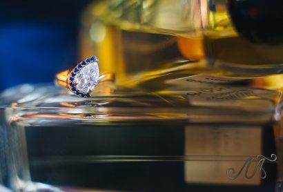 кольцо с крупным бриллиантом и сапфирами