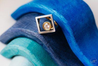 Золотое кольцо с большим бриллиантом