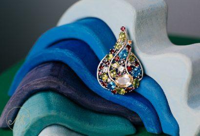 Серебряная брошь с разноцветными камнями
