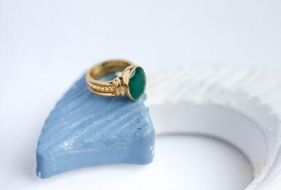Астрологическое женское золотое кольцо с изумрудом