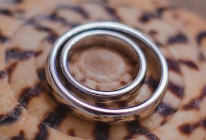 Классические обручальные кольца из белого золота с гравировкой